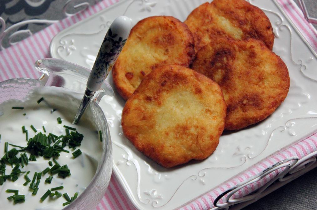 Olajban sült krumplis pogácsa snidlinges mártogatóssal